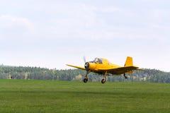 作为庄稼喷粉器飞行使用的Zlin Z-37 Cmelak捷克农业飞机 免版税图库摄影