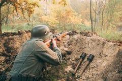 作为德国人Wehrmacht世界的步兵战士穿戴的再enactor 库存图片