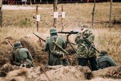 作为德国人Wehrmacht步兵战士穿戴的再enactors在Wor 免版税库存照片