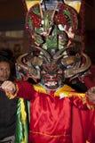 作为恶魔打扮的人们跳舞在街道 免版税库存照片