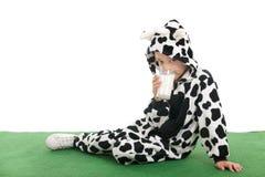 作为愉快的母牛的小男孩在草甸 库存图片