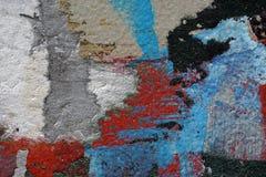 作为抽象五颜六色的织地不很细backgro的五颜六色的被撕毁的老海报 库存图片