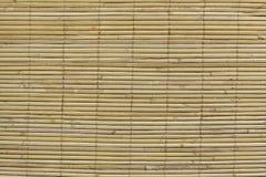 作为抽象纹理背景构成的竹棕色秸杆席子 库存图片