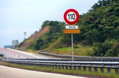 作为提示的限速标志道路使用者的 免版税库存图片