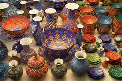 作为搪瓷的手工制造波斯语Minakari在伊朗的伊斯法罕装饰了花瓶和碗 库存图片