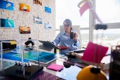 作为摄影师的美好的拉提纳女孩工作图象生产的 免版税库存照片