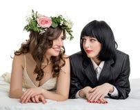 作为新娘和新郎打扮的女孩演播室照片  库存图片