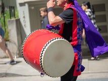 作为日本巴拉一部分,供以人员播放wadaiko撞击声鼓 免版税图库摄影