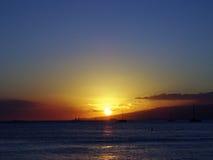 作为日落的剧烈的照明设备在Waianae山后 免版税库存图片