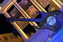 作为晃动咖啡馆的入口的装饰的吉他 免版税图库摄影