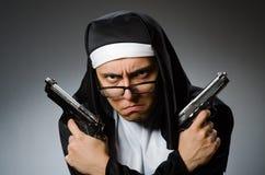 作为有手枪的尼姑打扮的人 库存照片