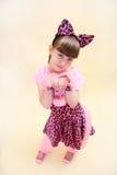 作为桃红色猫打扮的女孩 免版税库存图片