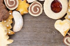 作为框架的圣诞节曲奇饼在木头 库存图片