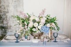 作为欢乐桌婚礼装饰的元素的银色烛台 库存照片