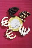 作为欧洲标志被形成的曲奇饼在一枚欧洲硬币附近,高的看法 库存照片