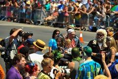 作为海王星国王的美国神作家尼尔・盖曼参加第36次每年美人鱼游行在科尼岛 免版税图库摄影