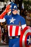 作为游行的美国上尉穿戴的漫画书爱好者 库存照片