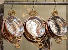 作为炊具的新的金属平底锅 免版税图库摄影