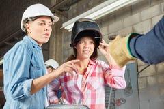 作为焊工的两名妇女在冶金学车间 库存照片