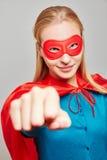 作为狂欢节的一个超级英雄打扮的坚强的妇女 免版税库存照片