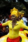 作为狂欢节舞蹈演员杏仁奶油饼妇女的非洲人 库存图片