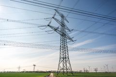 作为电网络一部分的大功率杆在领域 图库摄影