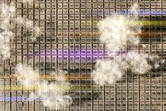 作为白色棉花谎言的白杨树绒毛在黑方格的表面上的片断,与从透镜的色的条纹,淡紫色和黄色, 免版税库存图片