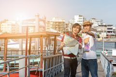 作为看地图travell的游人的背包亚裔年轻人 图库摄影