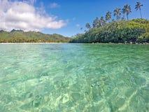 作为看法的拉罗汤加岛从拉罗通加厨师的Isla Muri盐水湖 免版税图库摄影