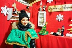 作为矮子打扮的妇女在维尔纽斯圣诞节市场上 库存照片