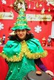 作为矮子打扮的妇女在维尔纽斯圣诞节市场上 库存图片
