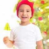 作为矮子打扮的孩子的圣诞节画象用糖果 免版税库存照片