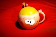 作为礼物的逗人喜爱的兴高采烈的杯子 免版税库存照片