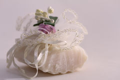 作为礼物被包裹的肥皂 免版税库存图片