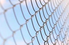 作为私有财产篱芭使用的金属网的照片  在透视的老金属栅格与一被弄脏的backgroun 免版税库存照片