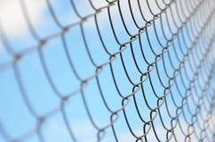 作为私有财产篱芭使用的金属网的照片  在透视的老金属栅格与一被弄脏的backgroun 库存图片