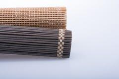 作为秸杆摘要纹理的竹席子 免版税图库摄影