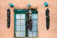 作为窗口的装饰用的辣椒在Taos大厦, 免版税库存照片