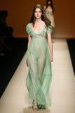 作为米兰时尚星期一部分,模型走跑道在亚伯大Ferretti展示期间 库存图片