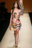 作为米兰时尚星期一部分,模型走跑道在亚伯大Ferretti展示期间 免版税库存图片