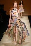 作为米兰时尚星期一部分,模型走跑道在亚伯大Ferretti展示期间 免版税库存照片