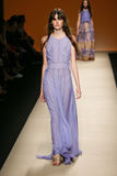 作为米兰时尚星期一部分,模型走跑道在亚伯大Ferretti展示期间 图库摄影