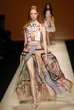 作为米兰时尚星期一部分,模型走跑道在亚伯大Ferretti展示期间 库存照片