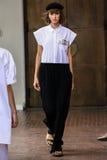 作为米兰时尚星期一部分,模型走跑道在期间我是Isola Marras展示 库存图片