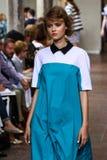 作为米兰时尚星期一部分,模型走跑道在期间我是Isola Marras展示 库存照片