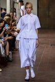 作为米兰时尚星期一部分,模型走跑道在期间我是Isola Marras展示 免版税库存图片