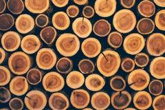 作为纹理的被堆积的木日志 库存照片