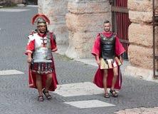 作为罗马军团打扮的两个人在维罗纳临近竞技场 库存图片