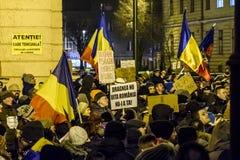 作为罗马尼亚的人抗议放松腐败法律 免版税库存照片