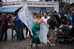 作为美人鱼的妇女选矿在第35次每年美人鱼游行期间在科尼岛 库存图片